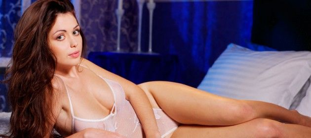 garota-tirando-sua-lingerie-transparente-1
