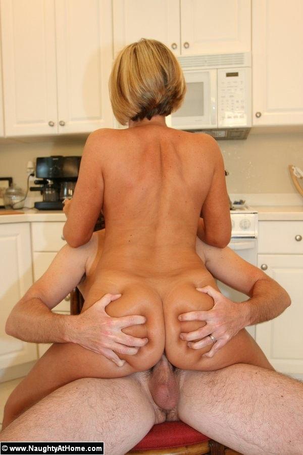 esposa-gostosa-fudendo-a-buceta-na-cozinha-15