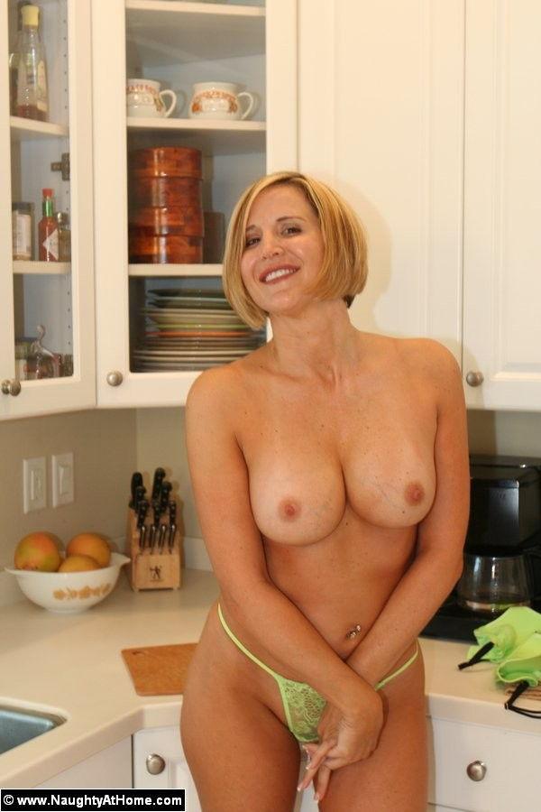 esposa-gostosa-fudendo-a-buceta-na-cozinha-6