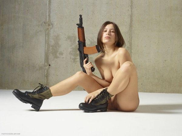gostosa-pelada-com-uma-arma-6