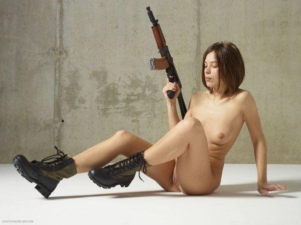 gostosa-pelada-com-uma-arma-7