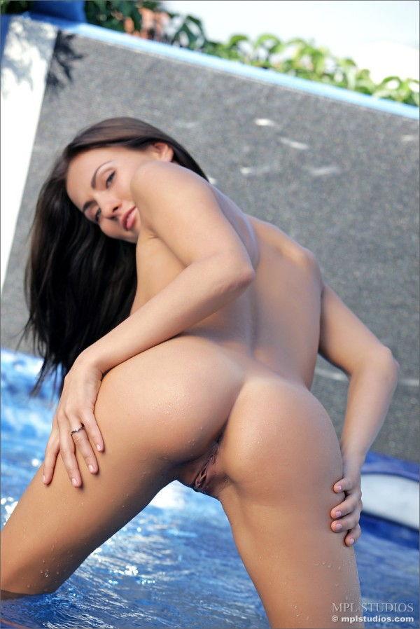 morena-pelada-exibindo-a-bunda-gostosa-na-piscina-10