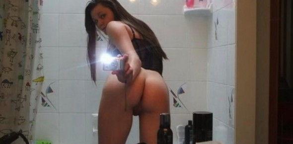 novinha-amadora-fazendo-selfies-pelada-no-banheiro-1