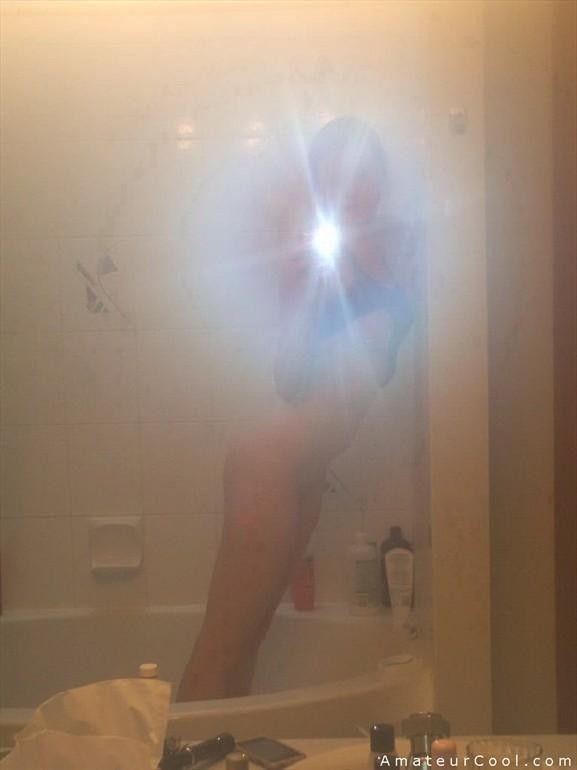 novinha-amadora-fazendo-selfies-pelada-no-banheiro-3