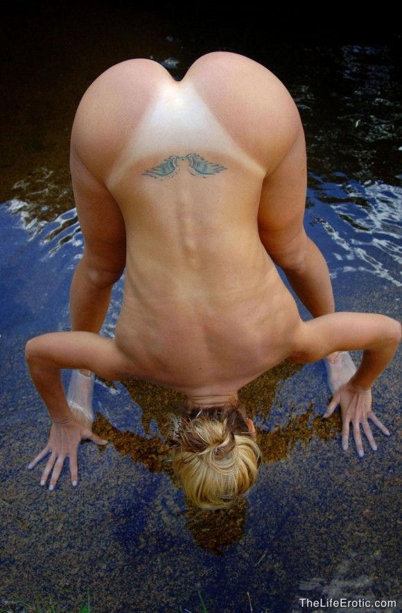 loira-gostosa-tomando-banho-pelada-na-lagoa-12