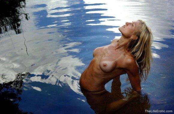 loira-gostosa-tomando-banho-pelada-na-lagoa-13