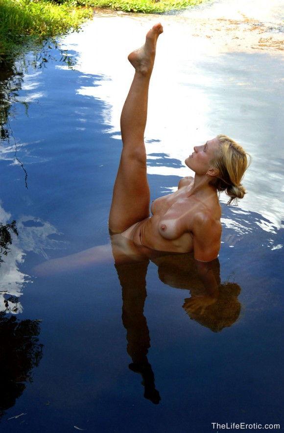 loira-gostosa-tomando-banho-pelada-na-lagoa-2