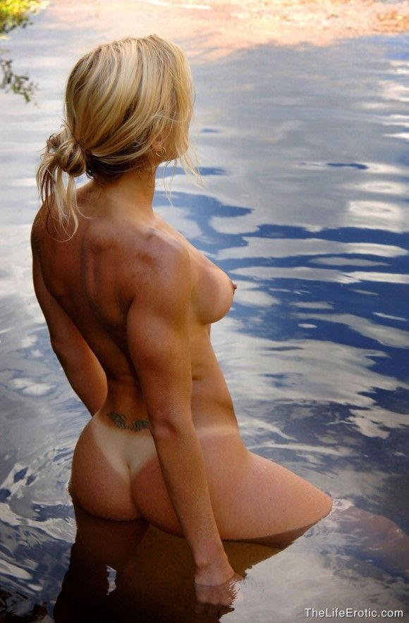 loira-gostosa-tomando-banho-pelada-na-lagoa-4