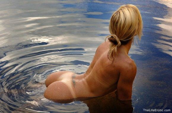loira-gostosa-tomando-banho-pelada-na-lagoa-5