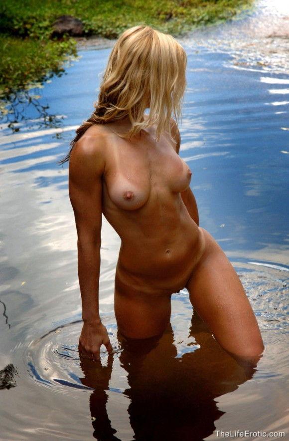loira-gostosa-tomando-banho-pelada-na-lagoa-7