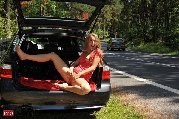 loirinha-sexy-fazendo-poses-deliciosas-no-carro-8