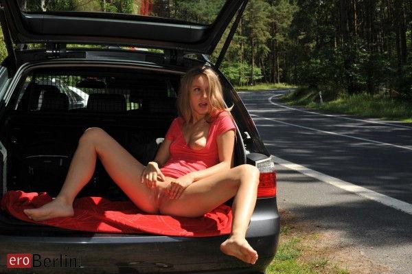 loirinha-sexy-fazendo-poses-deliciosas-no-carro-9