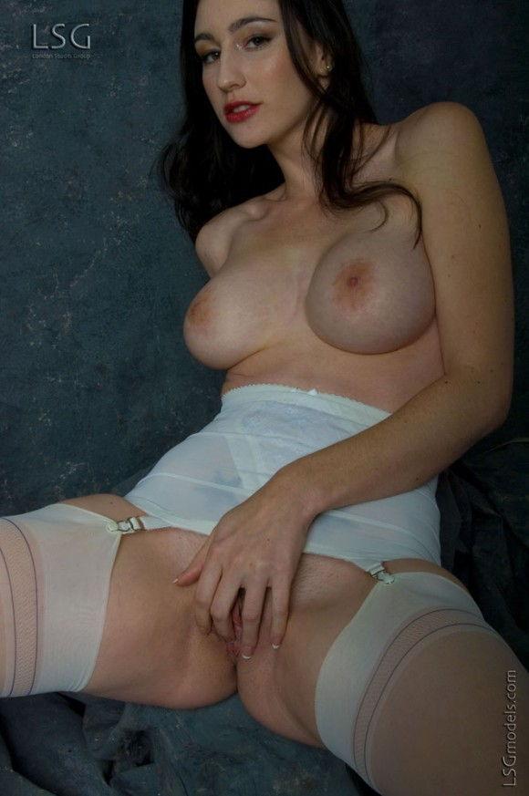peituda-safada-usando-lingerie-branca-10