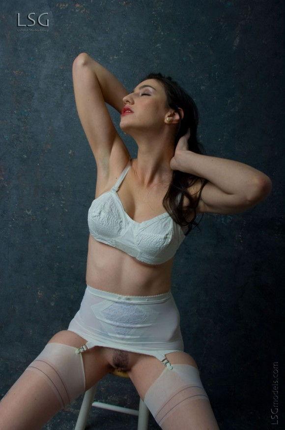peituda-safada-usando-lingerie-branca-3