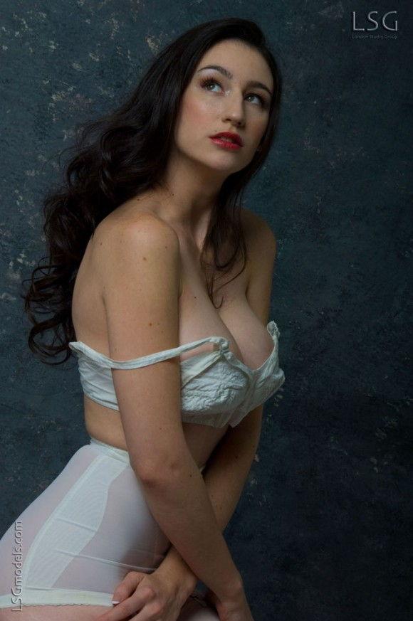 peituda-safada-usando-lingerie-branca-5