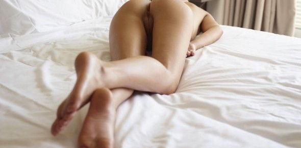 novinha-loira-mostrando-a-bunda-deliciosa-na-cama-1