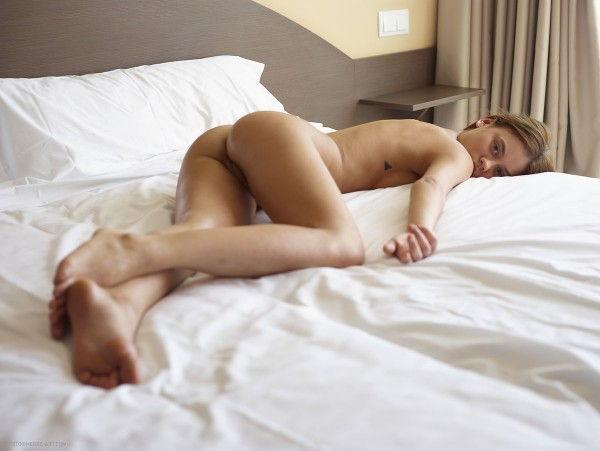 novinha-loira-mostrando-a-bunda-deliciosa-na-cama-10