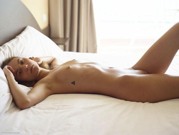 novinha-loira-mostrando-a-bunda-deliciosa-na-cama-2