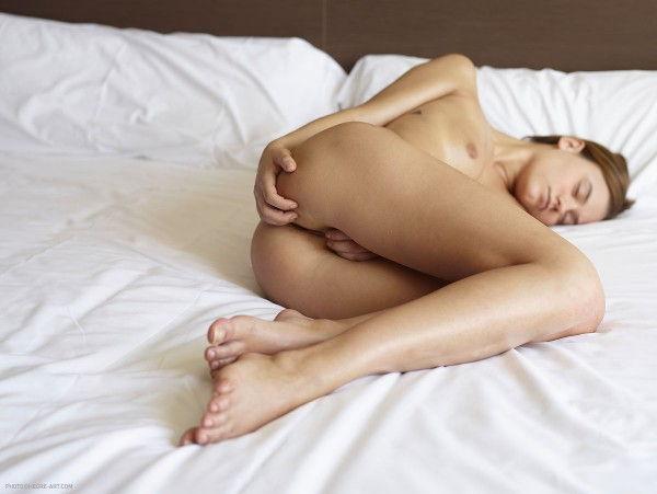 novinha-loira-mostrando-a-bunda-deliciosa-na-cama-4
