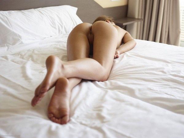 novinha-loira-mostrando-a-bunda-deliciosa-na-cama-9