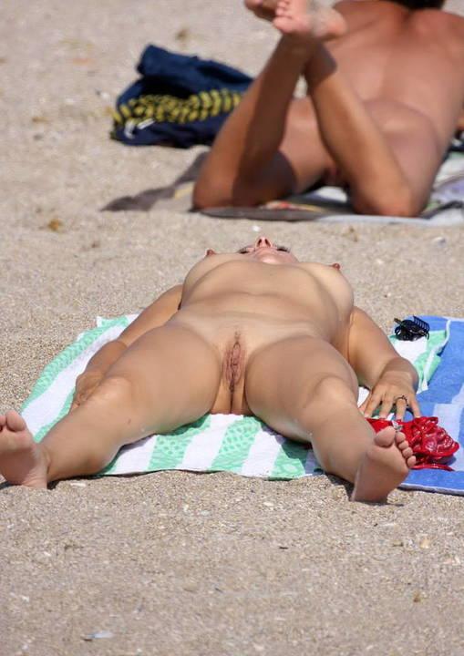 flagra-novinhas-mostrando-tudo-na-praia-de-nudismo-1
