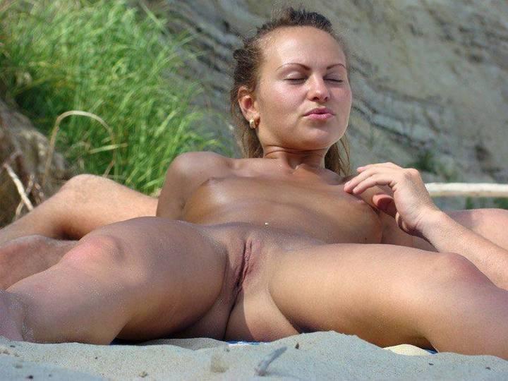 flagra-novinhas-mostrando-tudo-na-praia-de-nudismo-5