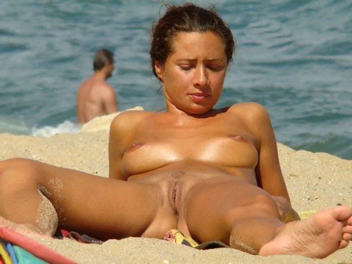 flagra-novinhas-mostrando-tudo-na-praia-de-nudismo-7