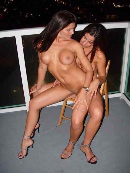 primas-lesbicas-se-chupando-na-varanda-6