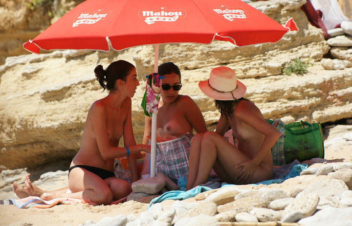 gostosas-flagradas-nua-na-praia-de-nudismo-1