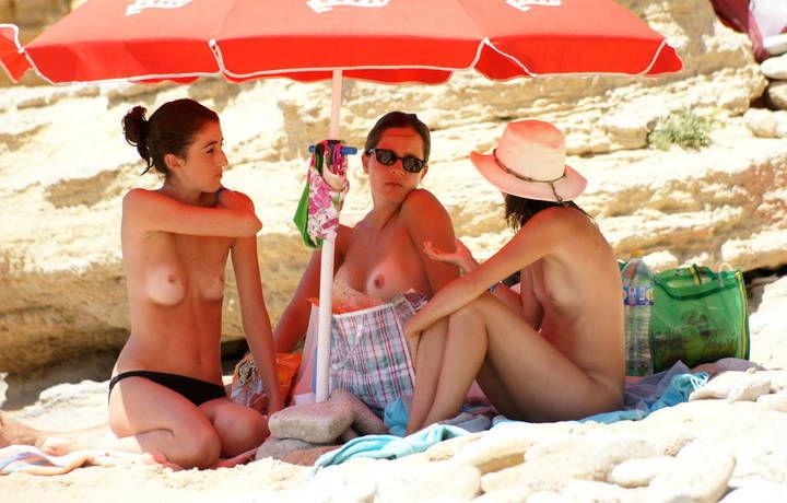 gostosas-flagradas-nua-na-praia-de-nudismo-2