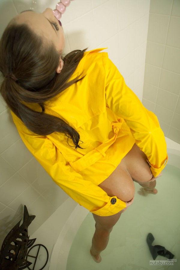 Mulher Pelada No Banheiro Enfiando O Vibrador Na Buceta