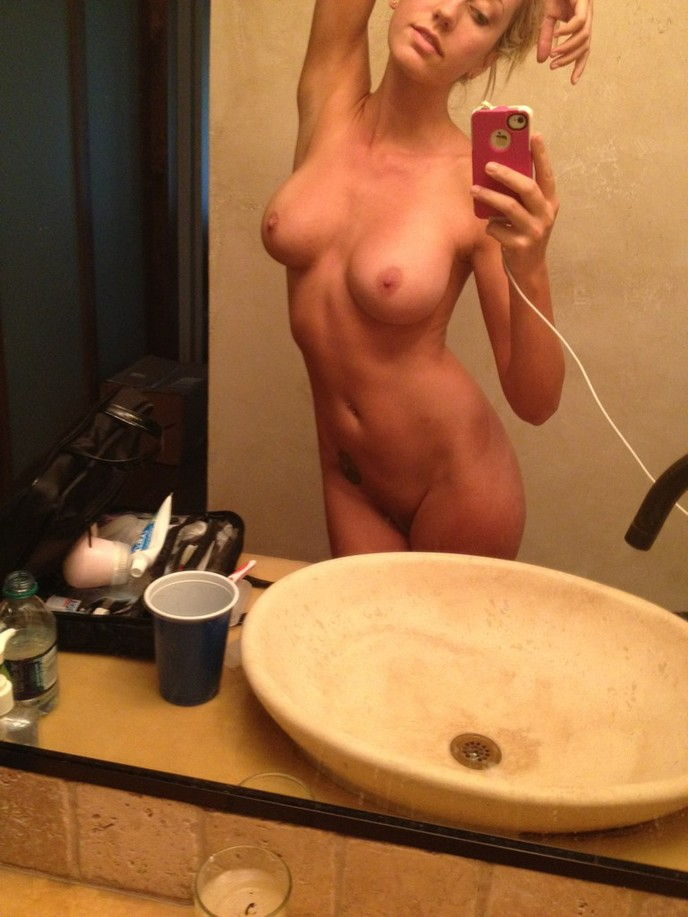 50-novinhas-peladas-na-frente-do-espelho-8