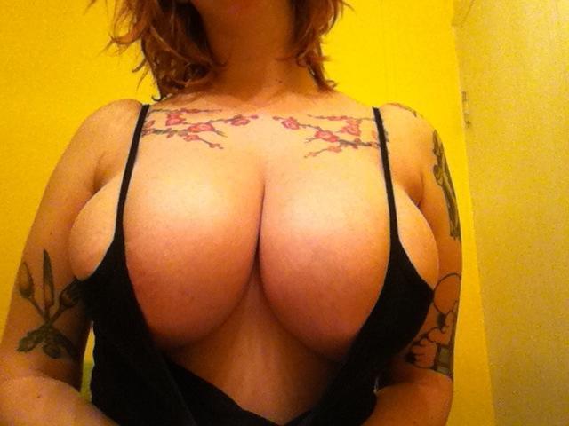 nerd-ruiva-exibindo-os-peitos-grandes-6