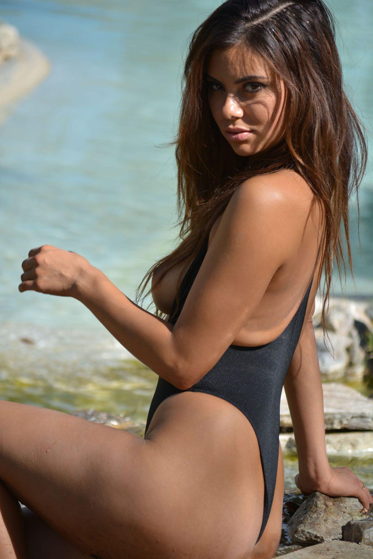 Model Actress Photos Pictures Swimsuit Bikini Sunbathing