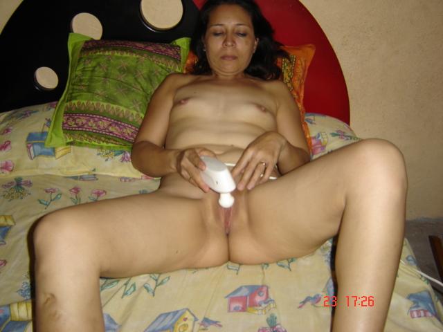 esposa-coroa-masturbando-a-buceta-com-vibrador-1