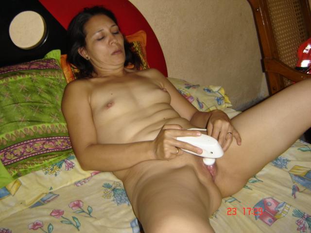esposa-coroa-masturbando-a-buceta-com-vibrador-4