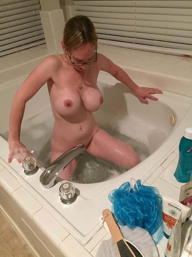 esposa-peituda-mostrando-os-peitos-enormes-4