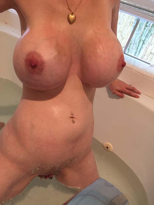esposa-peituda-mostrando-os-peitos-enormes-6
