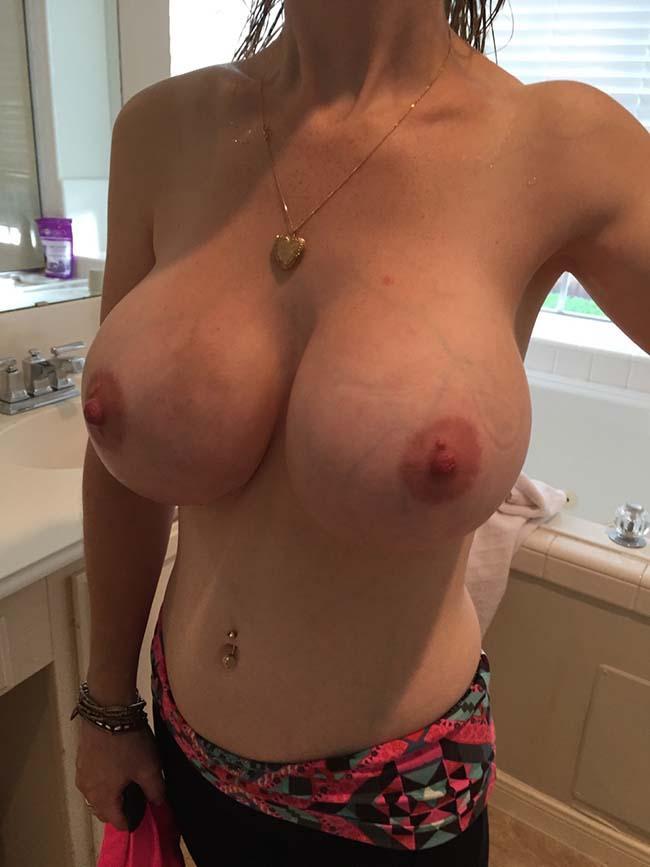 esposa-peituda-mostrando-os-peitos-enormes-7