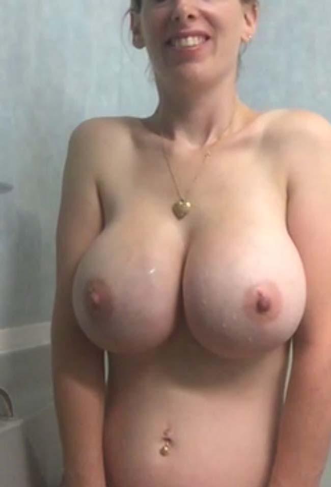 esposa-peituda-mostrando-os-peitos-enormes-8