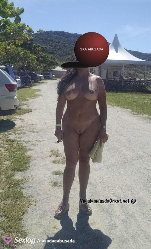 coroa-gostosa-se-exibindo-pelada-na-praia-11