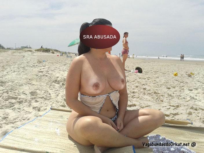 coroa-gostosa-se-exibindo-pelada-na-praia-17