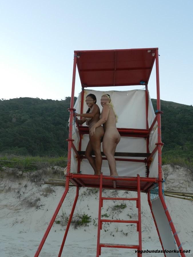 duas-coroas-casadas-tesudas-nuas-na-praia-8