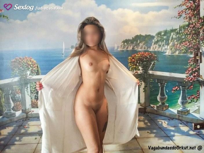 duas-esposas-liberais-se-exibindo-peladas-9