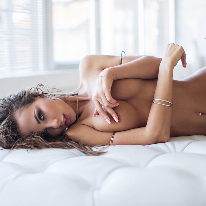 Loiras bronzeadas com corpos sensuais